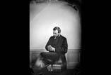 Louis Girard en pied assis