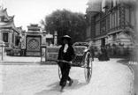 Invalides, Pousse pousse Annamite, à gauche Tonkin, à droite Palais central des Colonies françaises