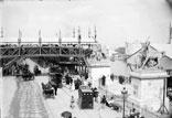 Sur les quais en dehors, passerelle pour aller du Pont d'Iéna au Trocadéro