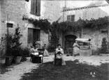 La Maison et la Cour. Au 1er plan Clarisse Ricous, Marie Louise et Marthe Ancely