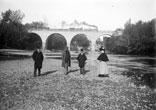 Dans la Rivière. René Ancely, Mr Lauzeral, Mr Solirène, Marthe Ancely