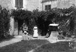 Intérieur de la Cour chez Mr Ricous. Marie-Louise, Marthe, Georges Ancely et Clarisse Ricous
