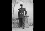René Ancely en pied, en militaire, en tunique