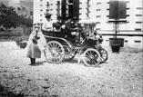 Automobile de Mr de Sambucy. Robert Garipuy debout, Marthe Ancely, Mme Garipuy et Docteur Garipuy ds l'auto