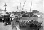 Pêcheurs débarquant du poisson
