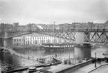 Pont tournant et la passerelle dans le port militaire