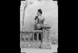 Marie Louise Ancely en pied à la balustrade