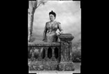 Marie Louise Ancely née Ricous en pied avec Balustrade