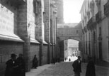 Une rue et la cathédrale