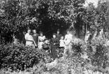 Groupe dans le jardin de Mr Benezet