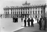 Palais Royal. Groupe attendant la parade