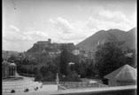Vue sur Lourdes et le château prise du terre plein de la basilique