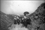 Excursion aux plaines d'Esquiou. Groupe à l'entrée des portes de fer