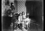 Valentine et Georges dans le vestibule à Bagnères