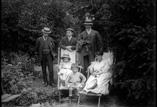 Jardin du Sanatorium. Victoria, Mme Gaunorgues et ses enfants, M. Wagner, Toulza et Richards