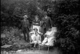 Jardin du Sanatorium. Victoria, Mme Gaunorgues et ses enfants, M. Wagner, Richards et Toulza