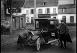 Faubourg Ste Catherine, le médecin principal Lejeune devant son auto (mars)