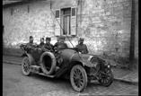 Automobile dans la rue. Sous intendant Parlange, Miege, Mocquet officier d'admisnistration, Lemasson lieutenant de gendarmerie (mars)