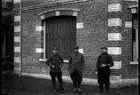 Groupe devant la maison Leblam : Adjudant Dreyer commis greffier, sergent Groupel greffier auxiliaire, soldat Lhemun ordonnance (mars)